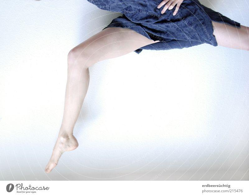 sprunghaft II Leben springen feminin Junge Frau Jugendliche Beine Fuß Tanzen Tänzer Kleid frei frisch hell kalt dünn blau violett weiß Reinheit Bewegung