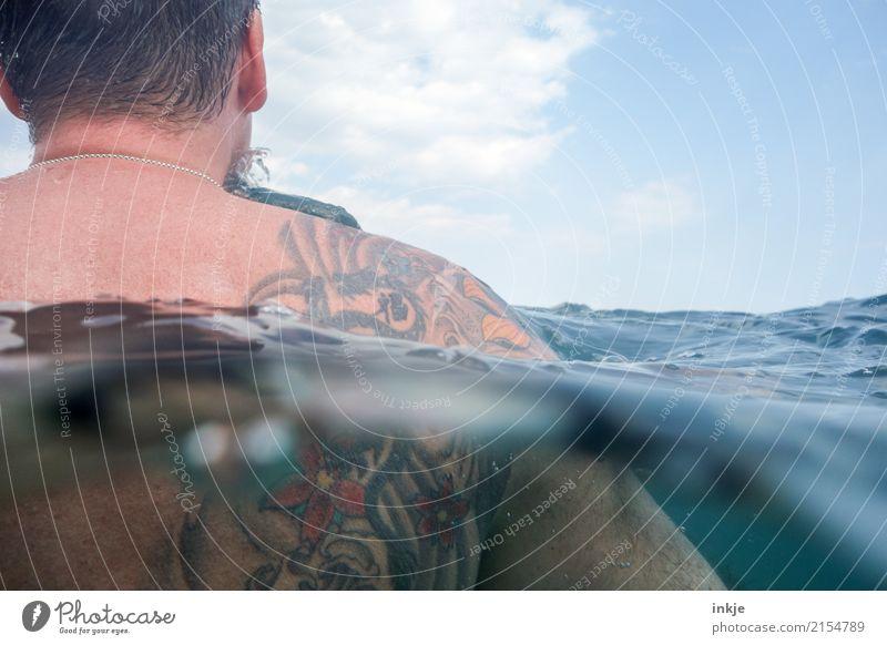 Der Mann und das Meer, kuschelnd. Mensch blau Sommer Wasser Erholung Erwachsene Leben Lifestyle Stil Schwimmen & Baden Freizeit & Hobby maskulin Körper Wellen