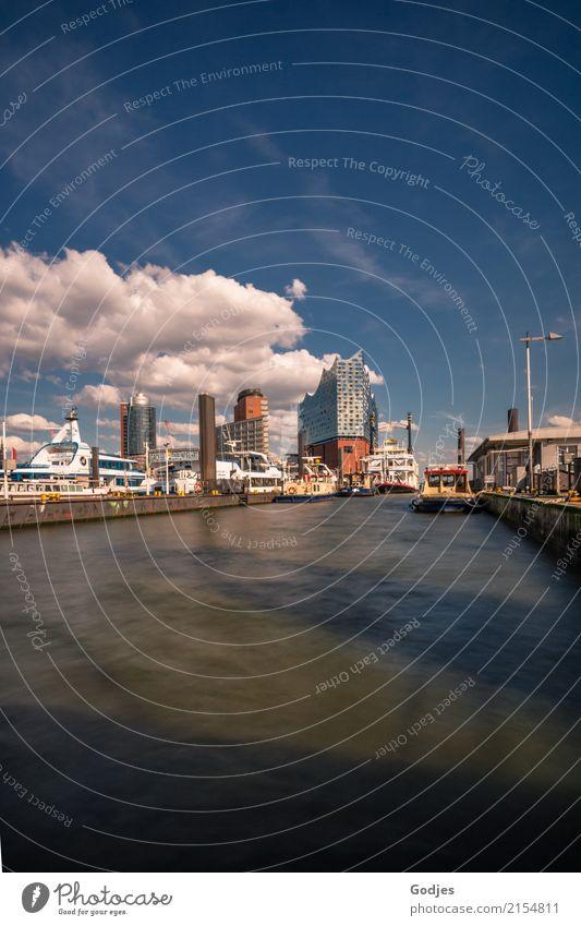Blick über die Elbe auf die Elbphilharmonie, Skyline mit Schiffen und Gebäuden am Wasser Hamburger Hafen Landungsbrücken Hauptstadt Hafenstadt Menschenleer