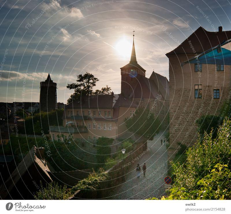 Postkartenblick Mensch Kind Himmel alt Baum Wolken Fenster Wand Gebäude Mauer Deutschland Fassade gehen Horizont leuchten glänzend