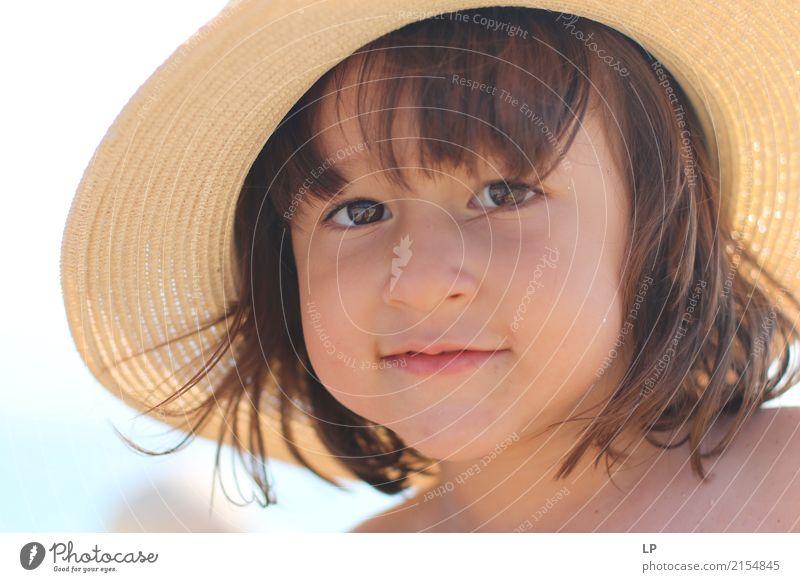 Mädchen mit einem Strohhut 1 Mensch Kind schön Freude Erwachsene Leben Lifestyle Gefühle Stil Familie & Verwandtschaft Haare & Frisuren Stimmung Zufriedenheit
