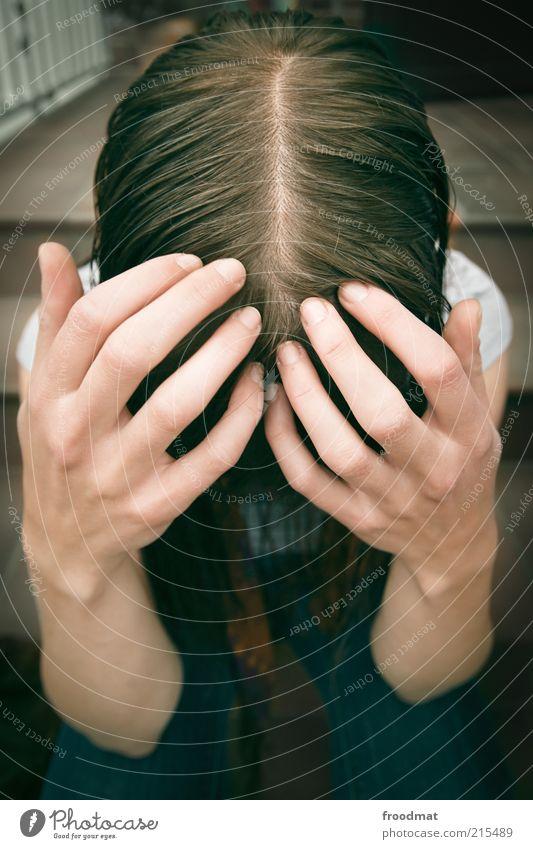 kopfschmerz Haare & Frisuren Krankheit Mensch feminin Junge Frau Jugendliche Erwachsene Kopf Hand Finger Jeanshose brünett langhaarig hocken demütig Angst