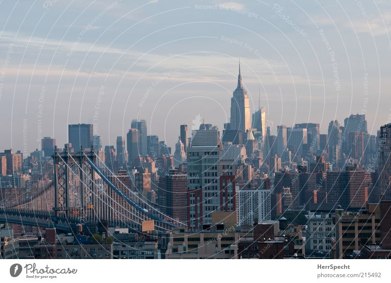 Brooklyn to Manhattan grau Hochhaus Skyline USA eng viele Wahrzeichen New York City Umwelt Sehenswürdigkeit Stadt Empire State Building Hängebrücke