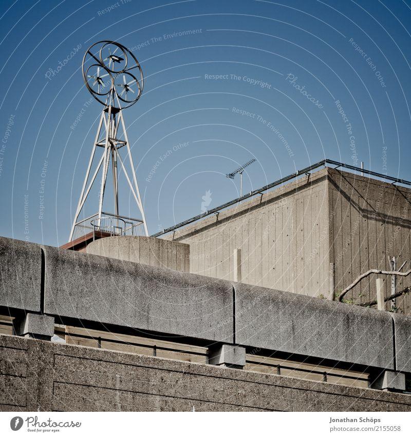 irgendein Betonzeug in London Stadt Fassade trist Dach Skyline Fabrik England Blauer Himmel kahl Stadtrand Windrad Großbritannien Industrieanlage Windmesser