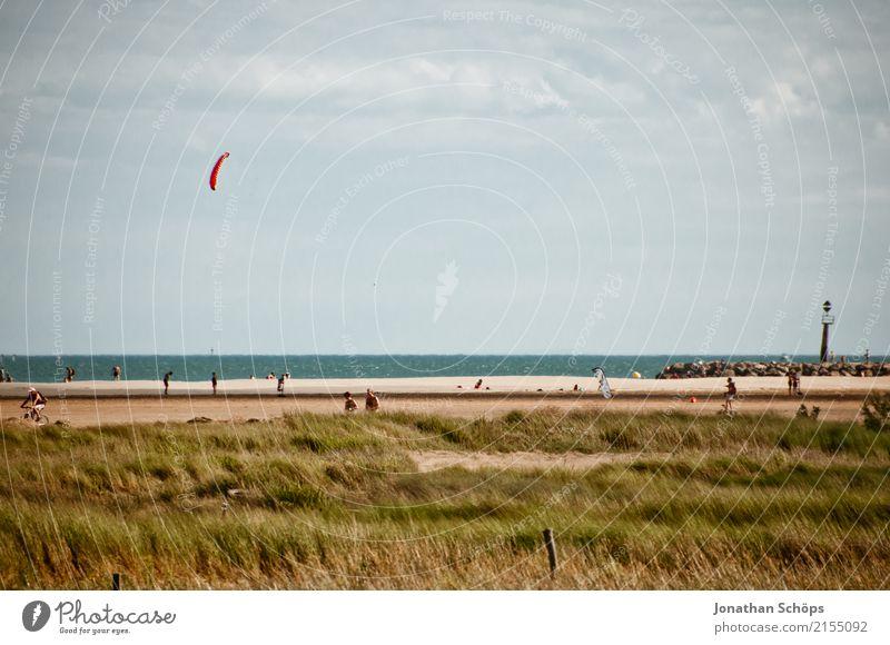 Drachensteigen am Strand Ferien & Urlaub & Reisen Sommer Landschaft Meer Erholung Freude Reisefotografie Umwelt Herbst Gefühle Glück Schwimmen & Baden Sand