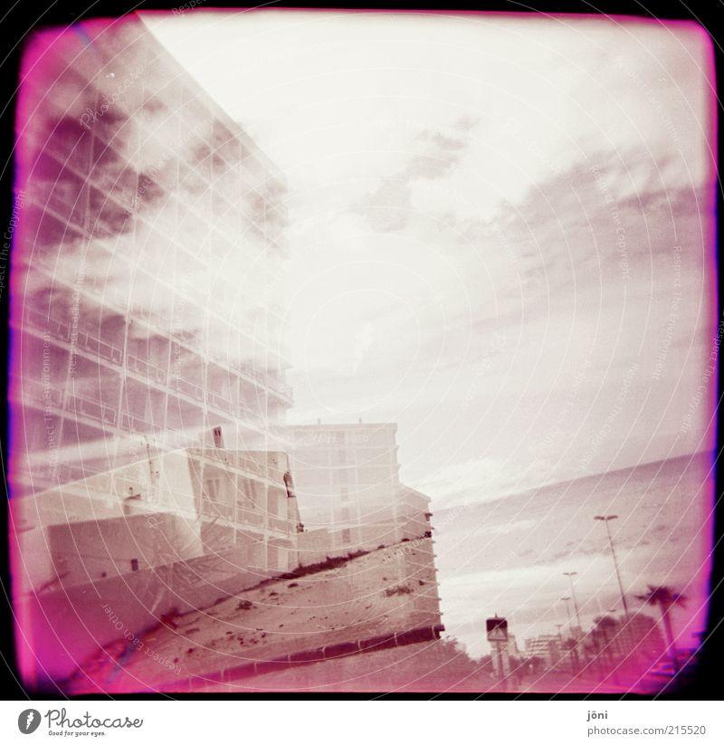 Ferienhaus VS Bauruine Natur Wasser Sommer Meer Strand Wolken Haus Umwelt Architektur Wellen Wind rosa Nebel Insel Hochhaus kaputt