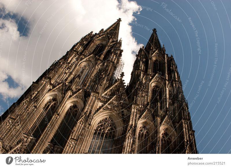 Kölner Dom in Schräglage Deutschland Nordrhein-Westfalen Europa Altstadt Hochhaus Kirche Turm Bauwerk Gebäude Architektur Mauer Wand Fassade Kirchturm Gotik