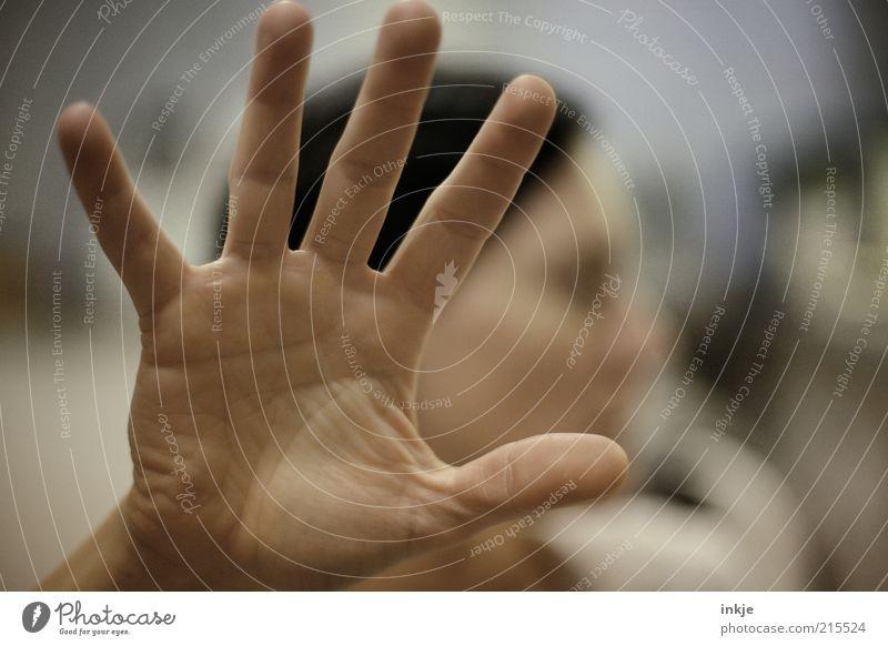 geh WEG! (25) Hand kalt Gefühle Kraft Angst geschlossen Finger gefährlich bedrohlich stark Stress Aggression Stolz Ärger Ablehnung