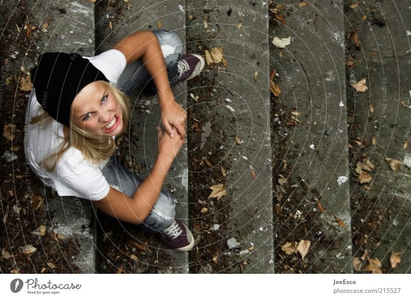 grrr... Frau Mensch Jugendliche Leben Erwachsene Freizeit & Hobby Treppe wild süß Lifestyle Coolness bedrohlich T-Shirt Kommunizieren beobachten