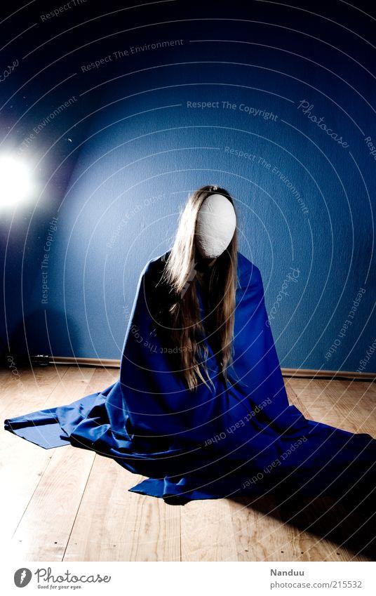 Ikonographie Mensch feminin 1 sitzen gesichtslos anonym verpackt verhüllen ruhig blond langhaarig Parkett blau Surrealismus Maria Statue Farbfoto Innenaufnahme