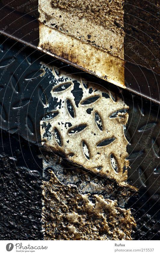 20 Jahre und 1 Tag Wiedervereinigung alt dunkel Metall dreckig trist Bodenbelag verfallen Verfall schäbig Bildausschnitt kreuzen Bodenmarkierung Zahn der Zeit