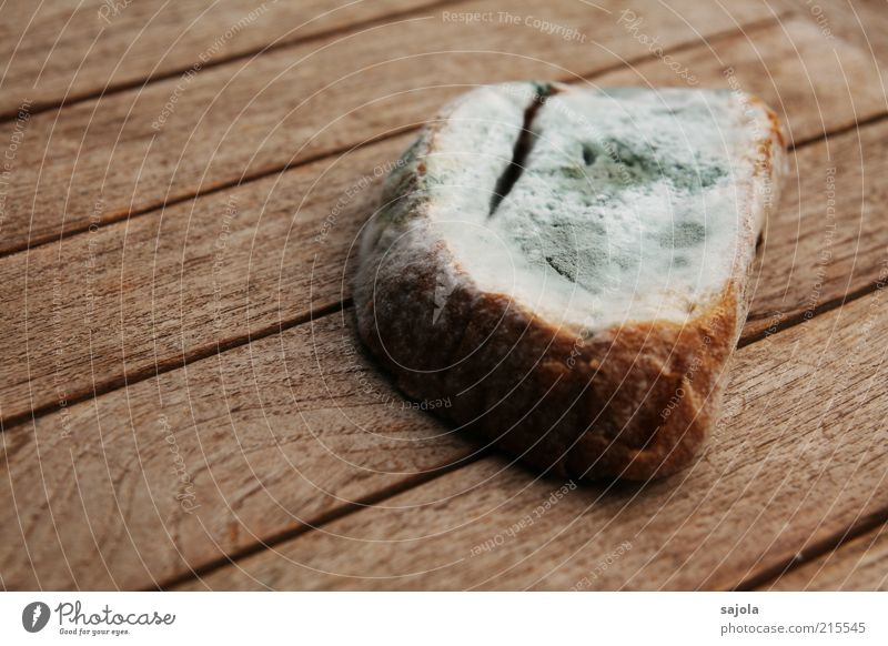 mama, muss ich das brot wirklich noch essen? alt Ernährung Holz grau braun Lebensmittel Tisch Verfall Brot Pilz Ekel Maserung Schimmelpilze Möbel Holztisch