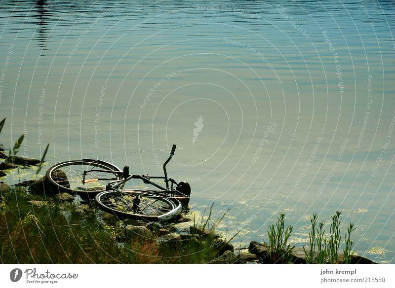 Das ist nicht das Rad von Björn Ulvaeus Fahrrad Küste Strand fallen kaputt trist blau braun ruhig Traurigkeit Endzeitstimmung stagnierend Verfall