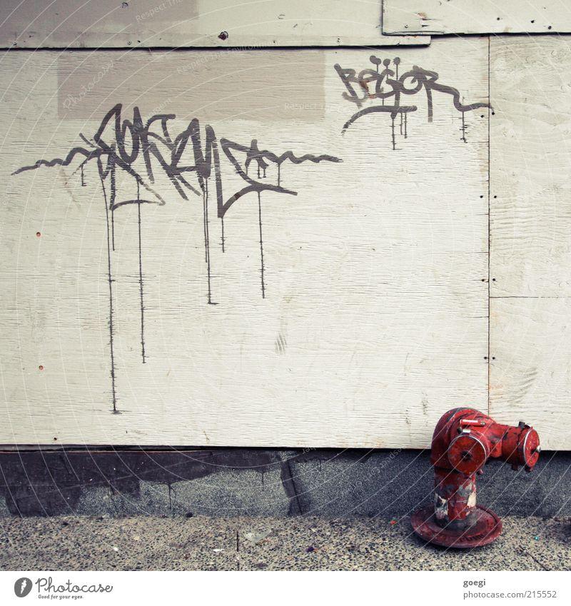 Begor Kultur Jugendkultur Subkultur Fassade Hydrant Beton Holz Zeichen Graffiti alt dreckig trashig Verfall Sozialer Brennpunkt Farbfoto Außenaufnahme