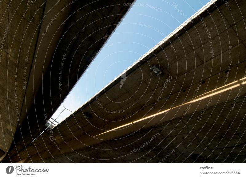 o.T. [für almo] Verkehr Verkehrswege Straße Brücke Laterne Himmel Beton Froschperspektive Farbfoto Tag Autobrücke Betonbauweise Zentralperspektive Architektur