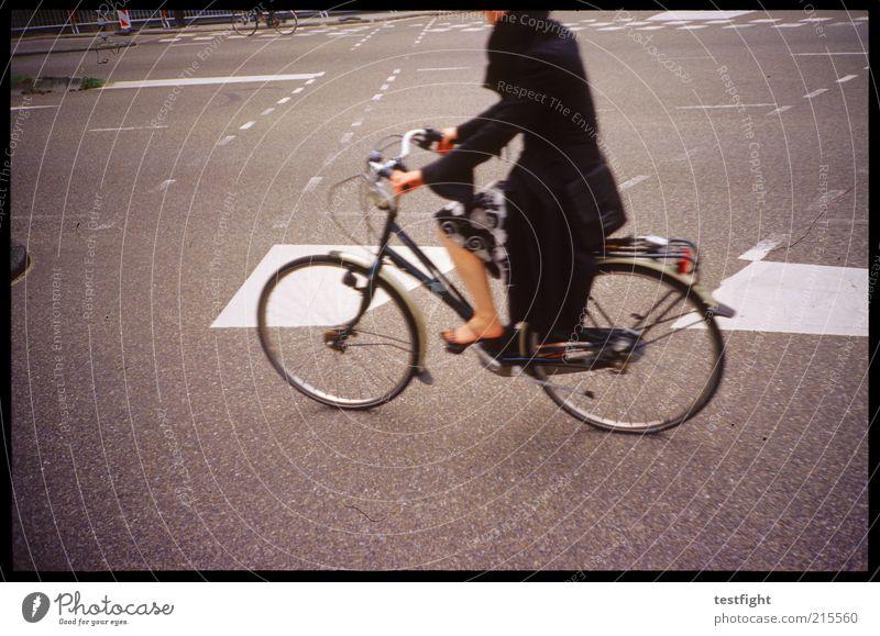 fahre einfach Fahrradfahren Mensch Beine 1 Verkehrsmittel Verkehrswege Straßenkreuzung Rock Mantel Bewegung ästhetisch schön Stadt Fahrbahnmarkierung Farbfoto