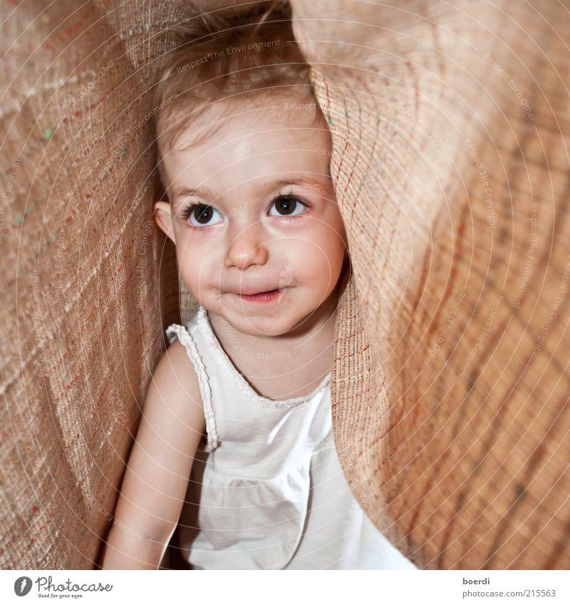 wO bin ich? Spielen Mensch Kind Kleinkind Kindheit Leben Kopf Gesicht 1 1-3 Jahre Blick frech lustig braun Freude Sicherheit Schutz Geborgenheit Neugier