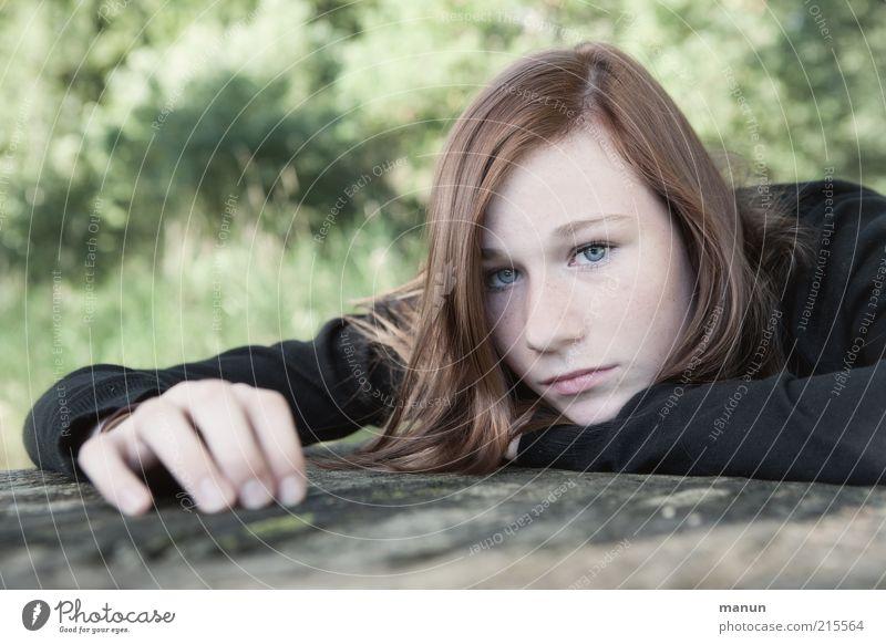 wortlos Mensch Jugendliche schön Gesicht Einsamkeit Leben feminin Gefühle träumen Traurigkeit Denken liegen Sehnsucht Langeweile brünett Ärger