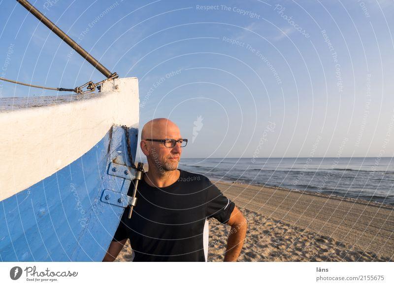 Weg sein - hier sein Mann maritim Wasserfahrzeug Strand Sand Meer Ostsee Himmel Ferne Horizont