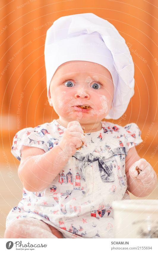 Was für ein Look! Nettes liitle Mädchen im Hut des Chefs beschmutzt mit Mehl Lebensmittel Gemüse Brot Kuchen Essen Frühstück Mittagessen Lifestyle Freude