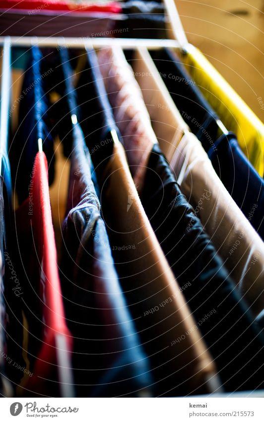 Ohne Klammern Häusliches Leben Wäscheleine Wäsche waschen aufhängen Bekleidung T-Shirt Hose Jeanshose Stoff frisch Sauberkeit trocknen aufgehängt aufgereiht