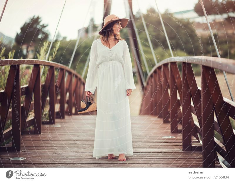 lächelndes Mädchen mit Hut Mensch Frau Natur Ferien & Urlaub & Reisen Jugendliche Junge Frau schön Erholung Erwachsene Lifestyle feminin Stil Glück Freiheit