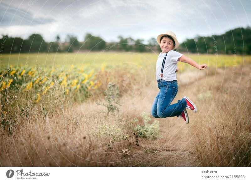 Lächelnder Junge, der auf dem Gebiet springt Mensch Kind Natur Ferien & Urlaub & Reisen Sommer Landschaft Freude Lifestyle Wiese lachen Spielen Freiheit