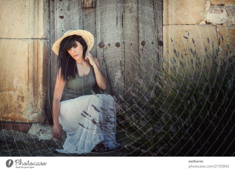 Nachdenkliche junge Frau Lifestyle elegant Stil schön Wellness Mensch feminin Junge Frau Jugendliche Erwachsene 1 30-45 Jahre Garten Ferien & Urlaub & Reisen
