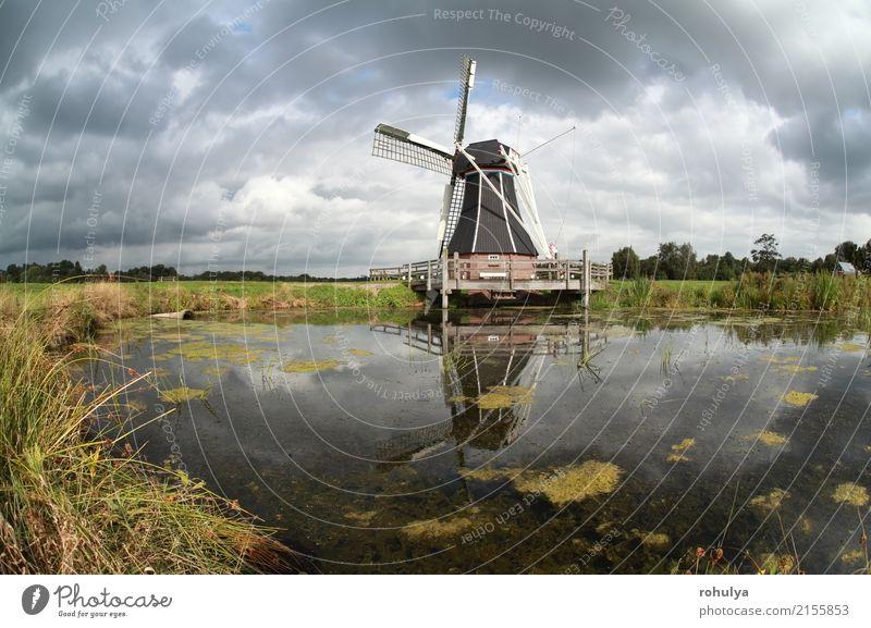 Windmühle reflektierte sich im Seewasser am sonnigen Tag Himmel blau Sommer grün Sonne Landschaft Wolken Architektur Wiese Gebäude Kultur Beautyfotografie Teich