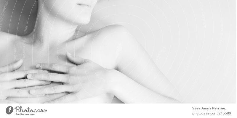 rein. schön Körperpflege Haut feminin Junge Frau Jugendliche Brust Hand 1 Mensch dünn hell Gefühle ästhetisch Nackte Haut Frauenhand Finger Frauenbrust