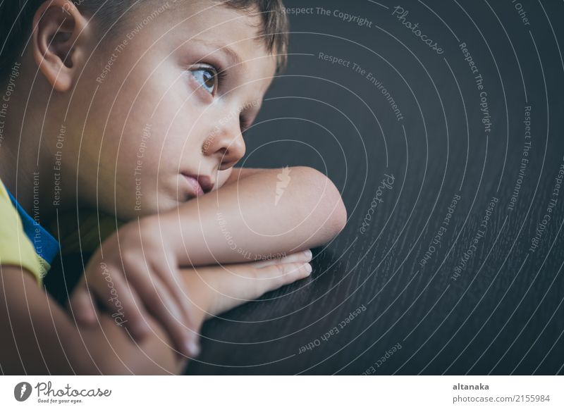 Portrait von einem traurigen kleinen Jungen. Gesicht Kind Mensch Mann Erwachsene Familie & Verwandtschaft Kindheit Denken Traurigkeit Gefühle Sorge Trauer