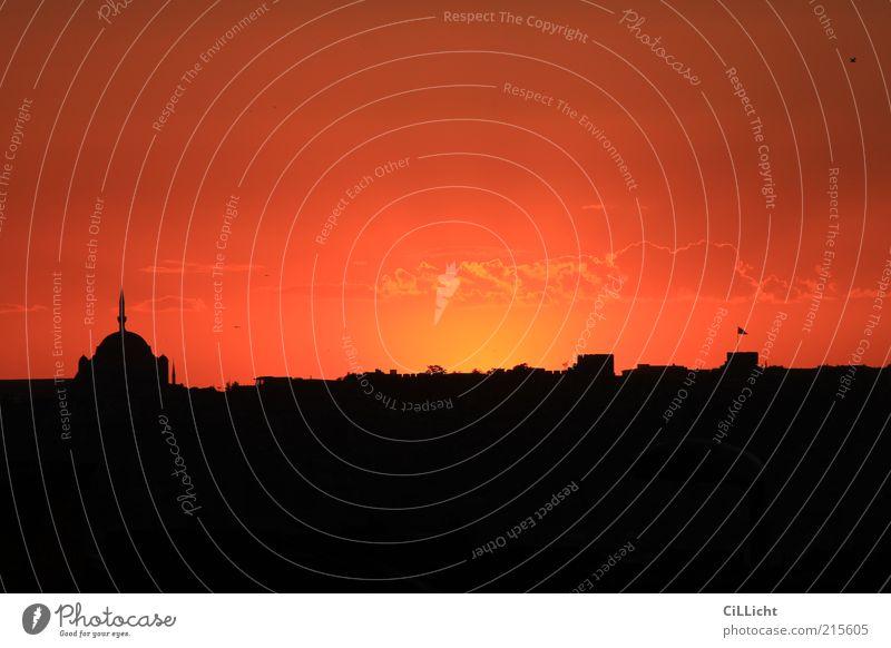 Abend (im) Land II schön Stadt rot schwarz Wolken Gefühle Stimmung Hoffnung ästhetisch Fahne Turm Unendlichkeit Skyline Türkei Altstadt Islam