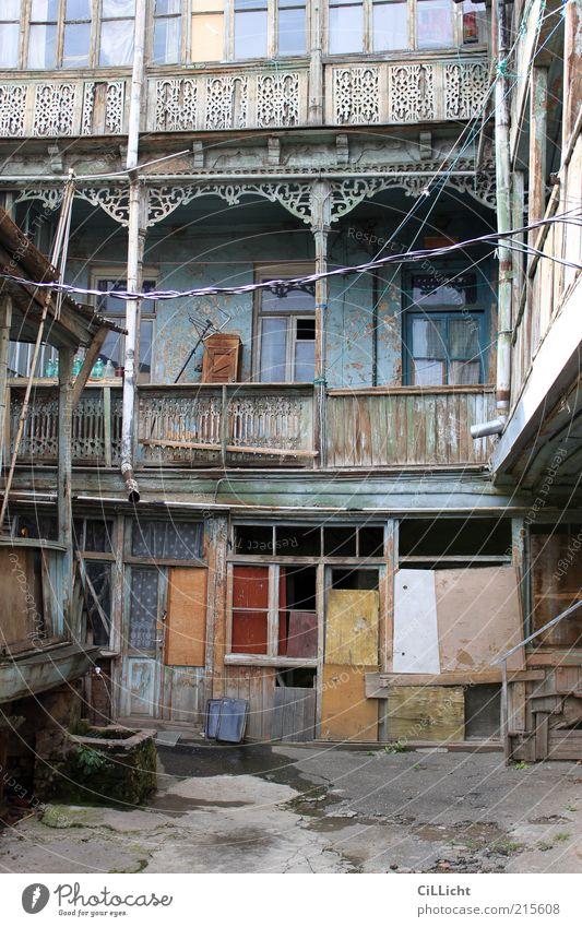 Tblisi Hinterhof Altstadt Haus Hütte Bauwerk Gebäude Fassade alt Armut dunkel blau braun mehrfarbig gelb grau rot Traurigkeit Sorge Trauer Angst Zukunftsangst