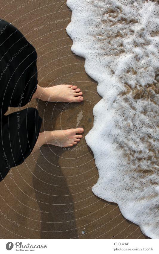 mit den Füßen im schwarzen Meer Wellness Leben harmonisch Wohlgefühl Zufriedenheit Ferien & Urlaub & Reisen Freiheit Sommer Haut Beine Fuß 1 Mensch Erde Sand