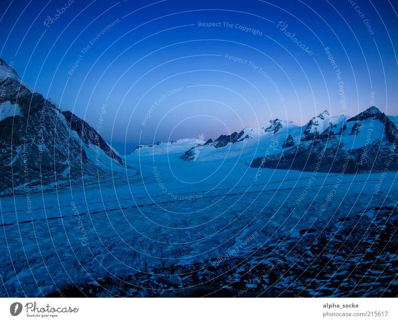 Morgendämmerung am Aletschgletscher Natur blau kalt Freiheit Berge u. Gebirge Landschaft einzigartig Alpen Gletscher Klimawandel Wolkenloser Himmel