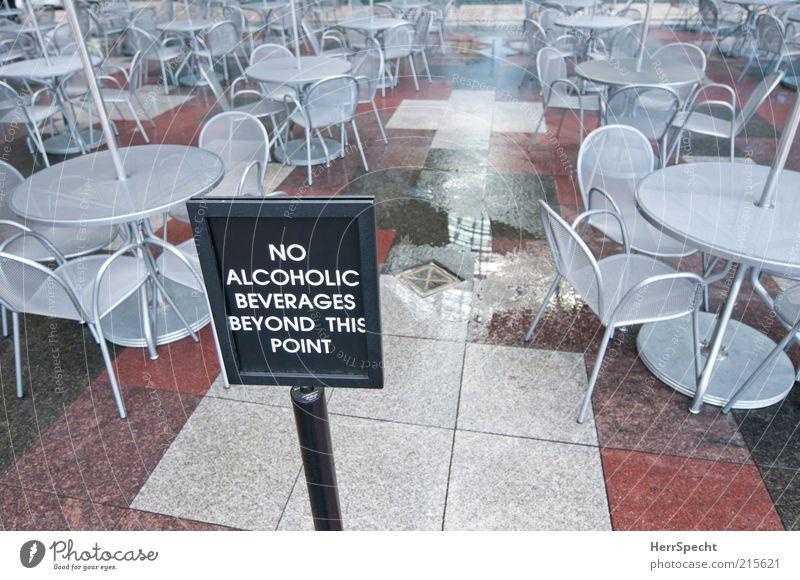 Nichttrinkerzone Wasser rot grau trist Tisch nass geschlossen Stuhl Gastronomie Restaurant Café Fliesen u. Kacheln Alkohol Pfütze Verbote Getränk