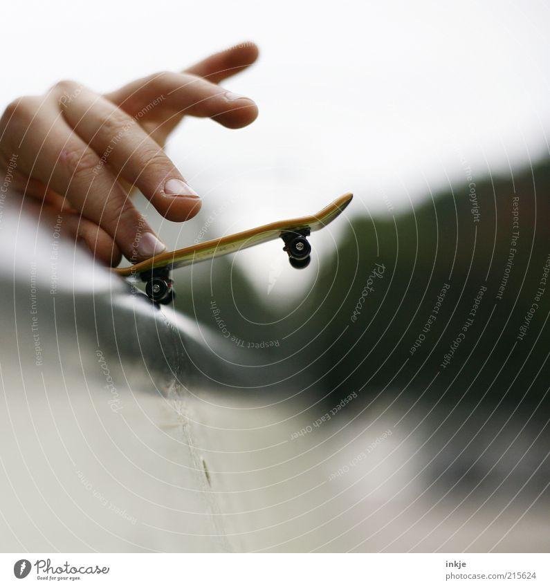 halfpipe hero Jugendliche Hand Freude Sport Spielen lustig Kindheit Zufriedenheit Freizeit & Hobby Finger Coolness beobachten festhalten berühren sportlich