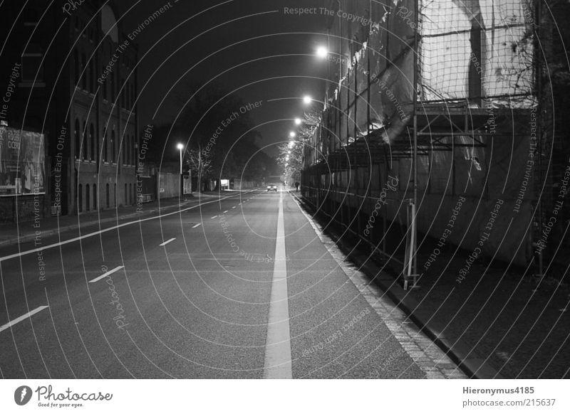 lonely road weiß Stadt Haus schwarz dunkel Wand Wege & Pfade Mauer Schwarzweißfoto Straßenbeleuchtung Stadtrand Nachtaufnahme Gebäude Umwelt Licht