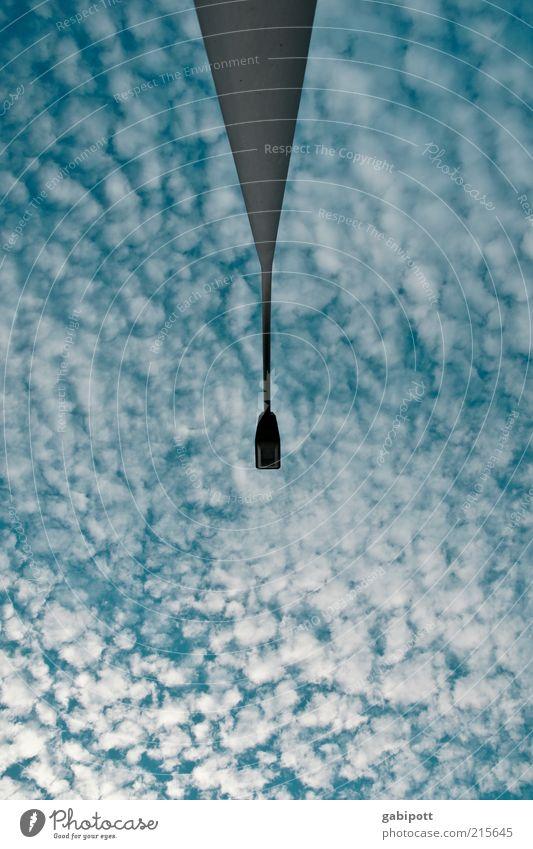 wolkig Himmel blau Wolken Umwelt Wetter außergewöhnlich Laterne aufwärts vertikal Surrealismus Symmetrie Mittelpunkt Froschperspektive Laternenpfahl