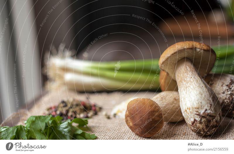 Frische ganze Steinpilze und Kochzutaten im Fensterlicht Natur Sommer Gesunde Ernährung Lifestyle Herbst Gesundheit Hintergrundbild natürlich Lebensmittel braun