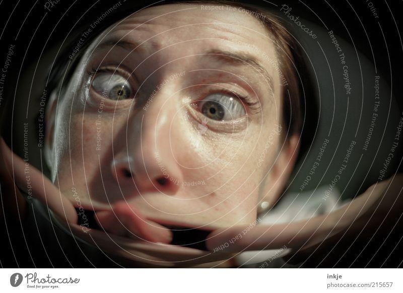 Spion (Gruss an die Nachbarn ;-)) Freude Häusliches Leben Gesicht Auge Zunge Theaterschauspiel Türspion beobachten Blick außergewöhnlich frech Neugier
