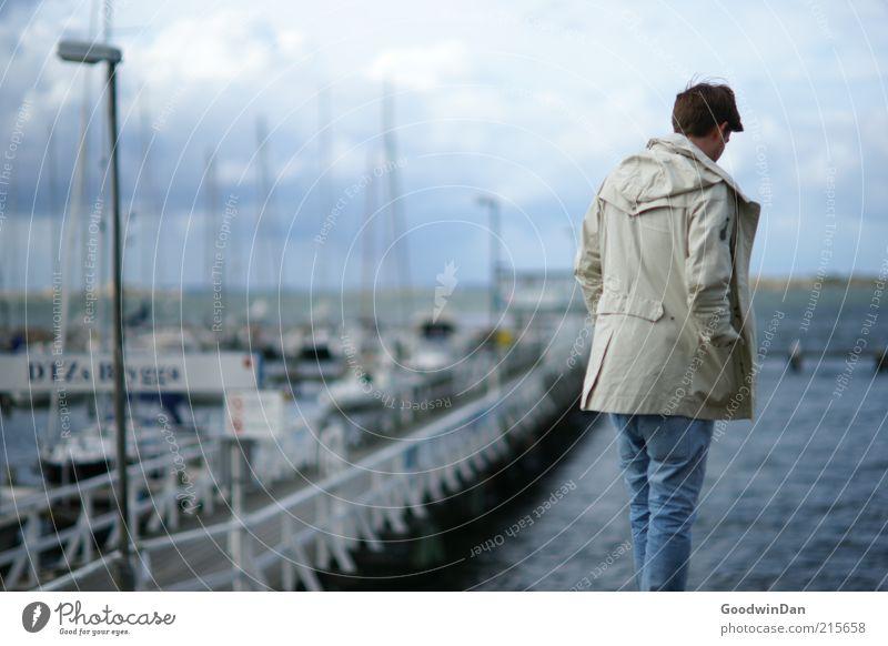 Hafenmelancholie Mensch Mann Natur Wasser Meer Einsamkeit Erwachsene kalt Umwelt Küste Traurigkeit Wasserfahrzeug maskulin nachdenklich Jacke