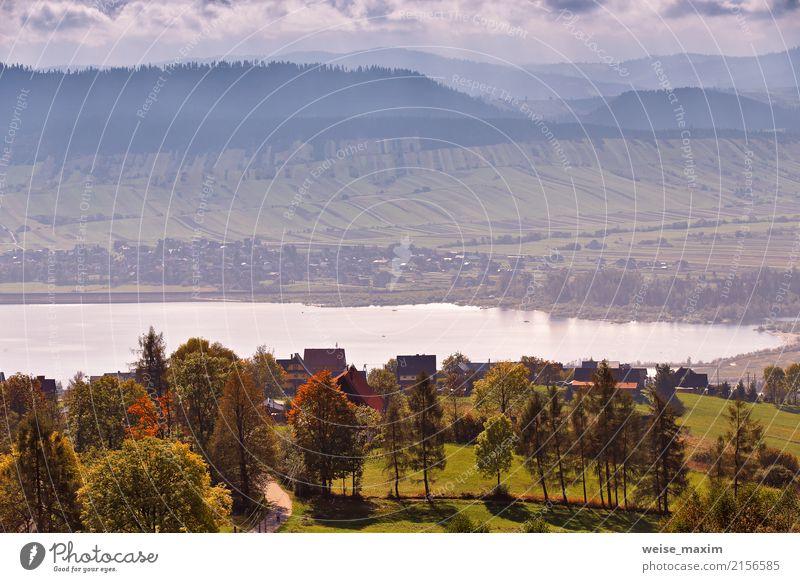 See hinter Ausläufern der Tatra Berge. Dorf am See Natur Ferien & Urlaub & Reisen blau Sommer Farbe Baum Landschaft Haus Ferne Wald Berge u. Gebirge Straße