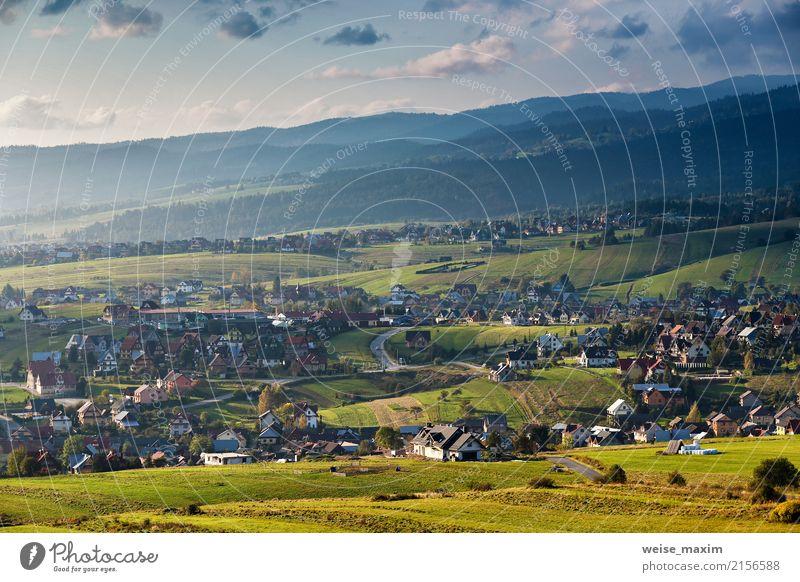 Stadt auf Hügeln von Tatra-Gebirge Himmel Natur Ferien & Urlaub & Reisen blau Sommer Farbe grün Landschaft Haus Blatt Wolken Ferne Wald Berge u. Gebirge Straße