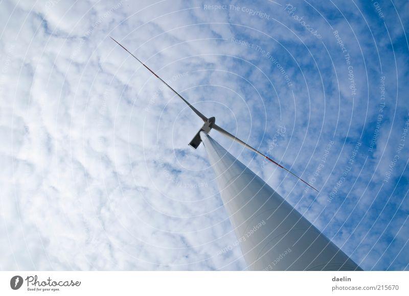 Windrad Himmel blau Wolken Wind hoch Energiewirtschaft Windkraftanlage nachhaltig himmelblau Erneuerbare Energie Perspektive Rotor Wolkenhimmel regenerativ Generator Stahlkonstruktion