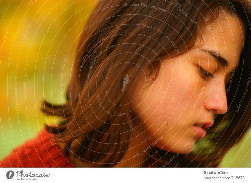 zart. Frau Mensch Jugendliche schön feminin Glück Stimmung Erwachsene Vertrauen zart genießen brünett atmen langhaarig Schüchternheit Frauengesicht