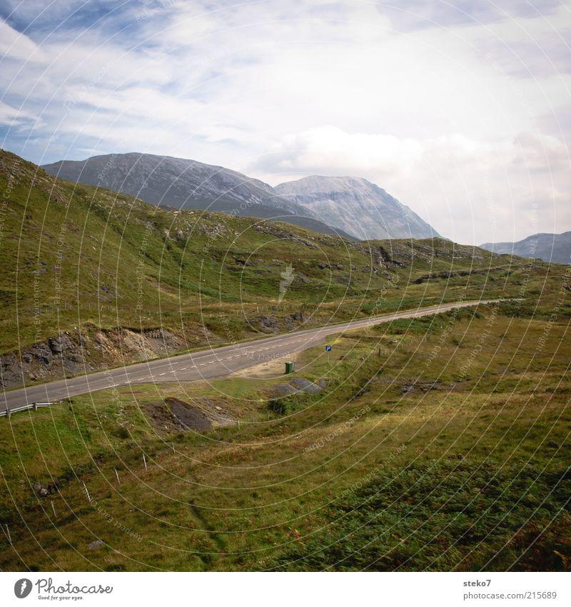 schottische Raststätte grün Ferien & Urlaub & Reisen Einsamkeit Straße Gras Berge u. Gebirge Wege & Pfade Felsen Hügel Gipfel Schönes Wetter Schottland Natur Highlands Wolkenhimmel Rastplatz