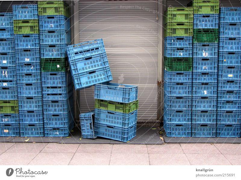 Konsum Tür Rollladen eckig hoch blau grau grün Ordnung Supermarkt Transportbox Plastikkorb Stapel Farbfoto Außenaufnahme Menschenleer Textfreiraum unten Tag