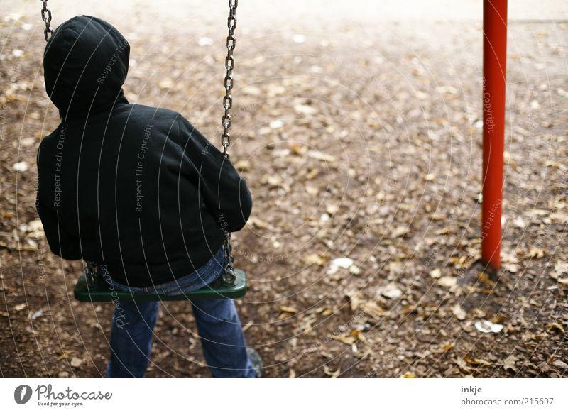 keiner zum Spielen... Kinderspiel Schaukel Spielplatz Erde Herbst Park Jeanshose Kapuzenpullover beobachten Denken schaukeln Blick sitzen träumen Traurigkeit