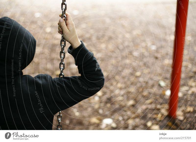 Langeweile Freizeit & Hobby Spielen Spielplatz Schaukel schaukeln Kind Junge Erde Herbst schlechtes Wetter Park Traurigkeit Heimweh Enttäuschung Einsamkeit